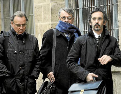 Marco Tejeiro, primero por la izquierda, junto a Miguel Tejeiro y el abogado Cristóbal Martell.