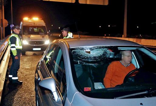 El Peugeot que sufrió el impacto de una piedra, lanzada contra el vehículo mientras circulaba por la autopista de Inca, hiriendo a una mujer.