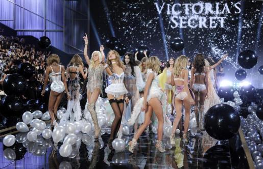 Varias modelos presentan los diseños de la marca Victoria's Secret durante el desfile celebrado el Fashion Show del centro Earls Court de Londres, Reino Unido hoy 2 de diciembre de 2014.