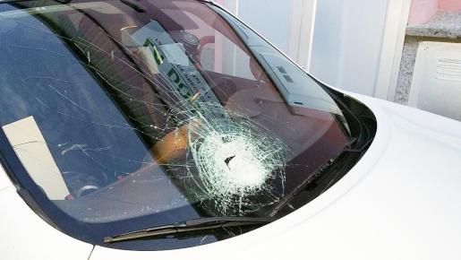 Así quedó el coche que sufrió el impacto de una piedra la pasada semana cuando circulaba por la autopista de Inca.