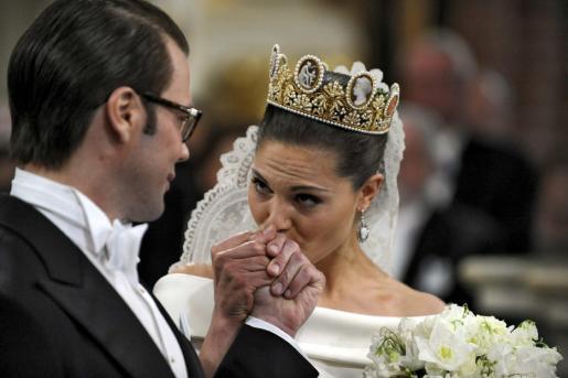 La princesa heredera Victoria de Suecia besa la mano de Daniel Westling durante la ceremonia religiosa en la que contrajeron matrimonio el pasado sábado.