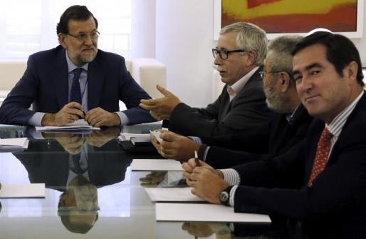 El presidente del Gobierno Mariano Rajoy (i), junto a los secretarios generales de UGT y CC OO, Cándido Méndez (2d) e Ignacio Fernández Toxo (3d), y el presidente de la patronal de las pymes (Cepyme) y candidato a presidir la CEOE, Antonio Garamendi (d), durante la reunión que ha mantenido este jueves con la patronal y los sindicatos.