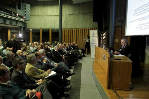 Vicenç Navarro durante su participón en el ciclo de conferencias del Cercle d'Economia.