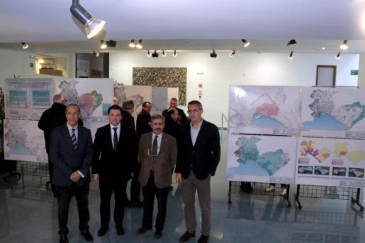 Antoni Llamas, Jesús Valls, Fernando González y Enrique Izcue en la presentación del avance del PGOU en el Teatre Xesc Forteza, donde se están expuestos los planos.