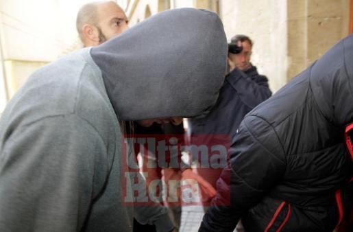 El detenido ha llegado con la cara parcialmente tapada por una capucha.