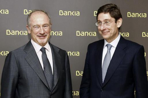 Fotografía de archivo, tomada el 09/05/2012, del presidente de Bankia, José Ignacio Goirigolzarri (d), junto a su antecesor en el cargo Rodrigo Rato.