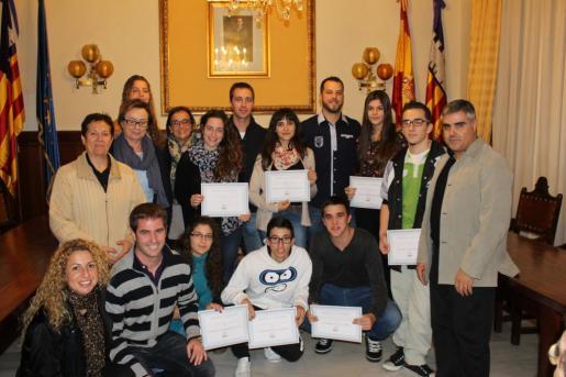 Un grupo de jóvenes durante la entrega de beca realizada por el Ajuntament de Santanyí.