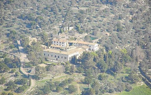 Vista de la antigua alquería de Solleric, en el valle de Orient, por donde pasa el Camí de Tossals.