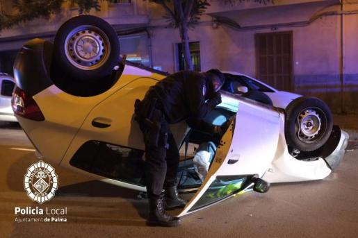 Un agente inspecciona el interior del vehículo.