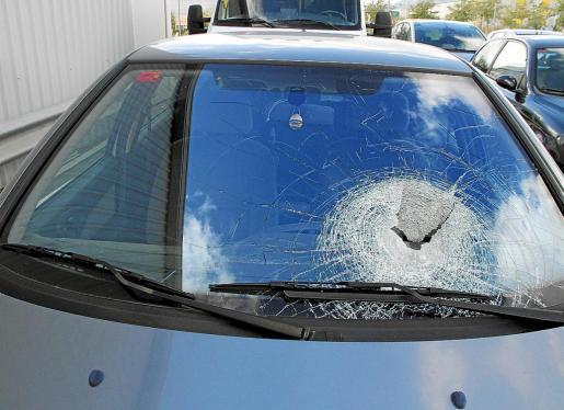 La luna del coche que resultó alcanzado por una piedra lanzada desde el puente de son Cladera quedó destrozada.