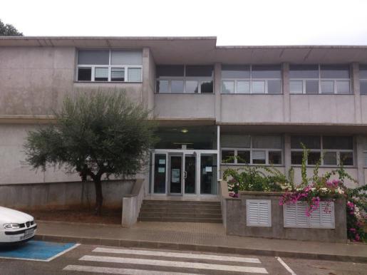 Imagen de la fachada principal del centro de salud de Can Picafort.