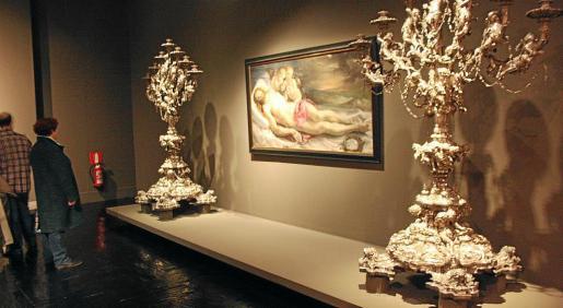 Los candelabros de la Seu se exponen en Madrid flanqueando el cuadro 'Cristo yacente'.