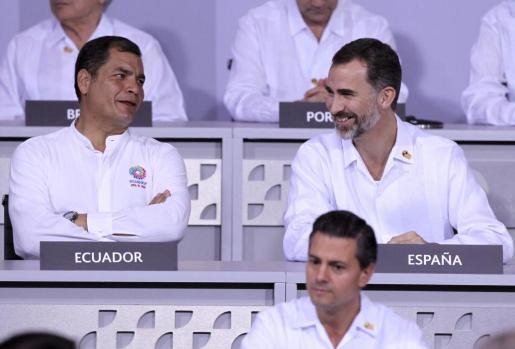 El rey Felipe VI de España (arriba d.); el presidente de Ecuador, Rafael Correa (i) y el mandatario de México, Enrique Peña Nieto (abajo .d), participan en el inicio de los trabajos de la Vigésima Cumbre Iberoamericana de Jefes de Estado y de Gobierno en la ciudad mexicana de Veracruz.