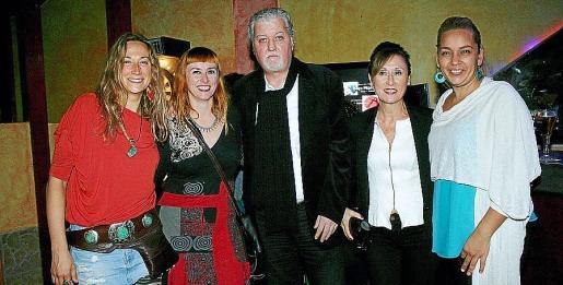 Xisca Nicolau, Caterina Mercant, el dj José Luis Aparicio, Blanca Díez y Lola Cortés pasaron una animada velada al son de la música.