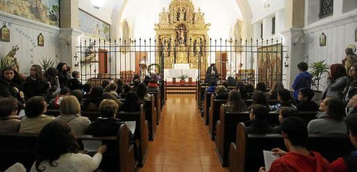 Los fieles llenaron la capilla del Convent de ses Monges Tancades en el rezo previo a la vigilia.