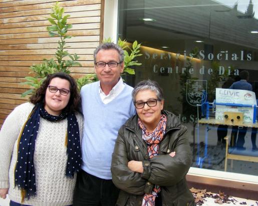 Los respresentantes del PSIB, Beatriz Gamundí, Jaume Garau y Àngela Perelló en el centro de día de Santa Margalida.