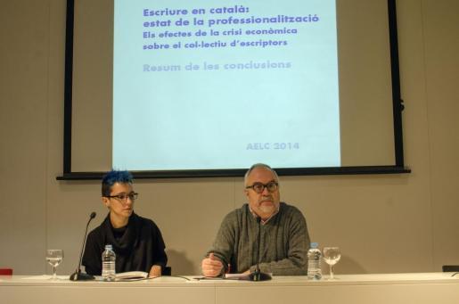 Bel Olid, traductora y escritora, y Guillem-Jordi Graells,presidente de la AELC, presentación del estudio en Barcelona.