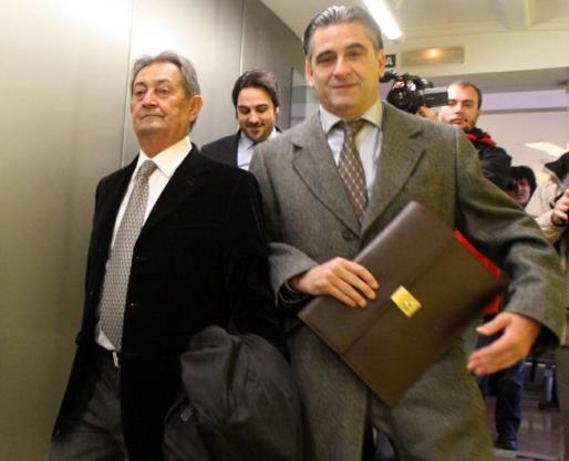 Pedro Ferrà Tur, a la izquierda, junto a sus abogados Joan Buades y Llorenç Salvá, en una de las declaraciones que realizó ante la jueza en la investigación del 'caso Domenge'.