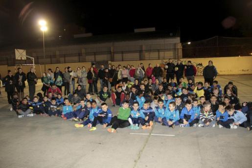 Momento de la protesta realizada en las pistas deportivas del colegio Pintor Joan Miró.