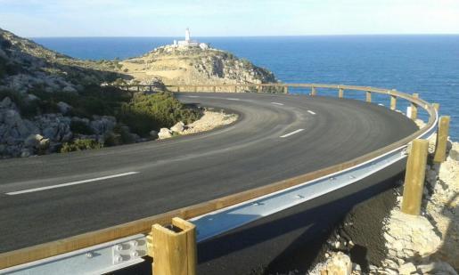 La carretera de acceso al faro de Formentor ya cuenta con nuevo firme y nuevas barreras de protección.