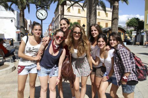 En sa Contra Murada estas estudiantes de Manacor visitan por primera vez la fiestas de Ciutadella.