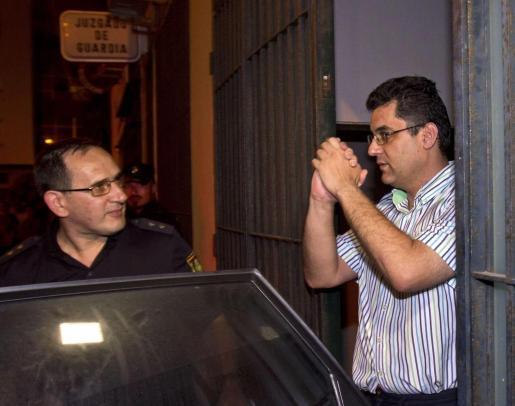 """El director del colegio Los Salesianos """"San Ignacio"""" de Cádiz, F.J.L.L. (derecha), acusado de malos tratos, tocamientos y amenazas a más de cuarenta alumnos del centro, a la salida del Juzgado donde el juez ha decretado prisión provisional, esta noche en Cádiz ."""
