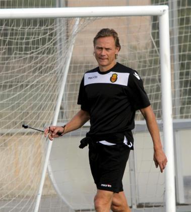 El entrenador del Real Mallorca, Valeri Karpin, durante un entrenamiento del conjunto bermellón en Son bibiloni.