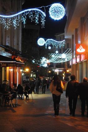 Imegen de una de las calles de Manacor con las luces navideñas.