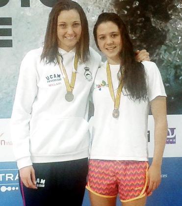 Las baleares Melani Costa (UCAM) y Catalina Corró posan con sus medallas en el podio de los 200 libre.