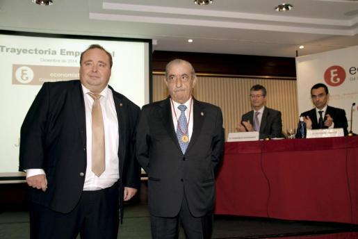 El presidente de Globalia, Juan José Hidalgo, tras recibir la Medalla de Oro de manos del presidente del Colegio de Economistas de Balears, Onofre Martorell, ante la mirada del director de la red de aeropuertos de AENA, Fernando Echegaray y el el conseller Joaquín García.