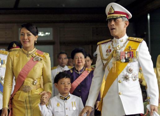 El príncipe Maha Vajiralongkorn y la hasta ahora princesa consorte Srirasm con su hijo Dipangkorn Rasmijoti, en una imagen de archivo.
