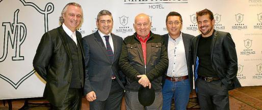 Biel Durán, Francisco Serrano, director del hotel Nixe; Joan Riera Ferrari, Carlos Durán y Ernesto Rodríguez.