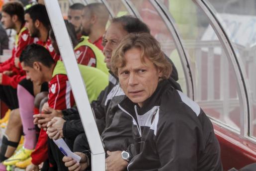 El entrenador del Real Mallorca, Valeri Karpin, en el banquillo durante el choque del pasado domingo de los bermellones ante el Numancia en Son Moiz (1-1).