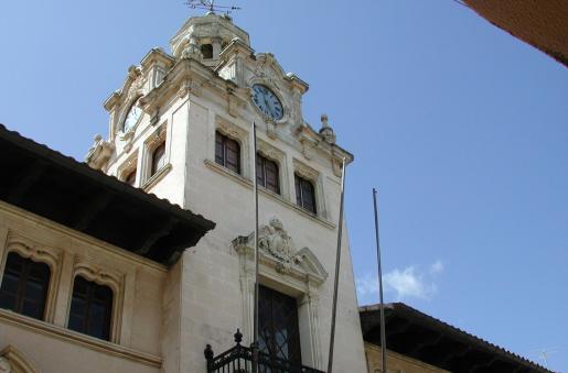 El ajuntament d'Alcúdia se ubica en un edificio histórico.
