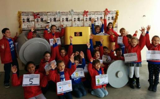 Algunos de los escolares que han participado en la carrera 'Recicla las pilas y a correr'.