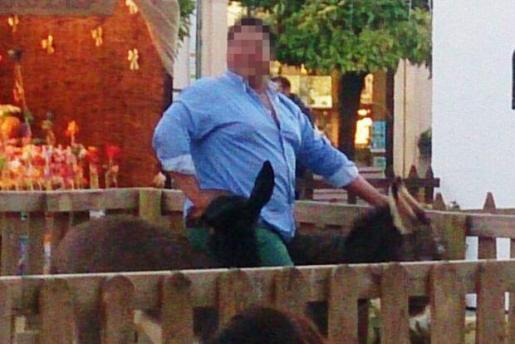 Un hombre de 150 kilos posa orgulloso sobre el lomo de 'Platero', un borro de tan sólo 5 meses de vida, que murió dos días más tarde.