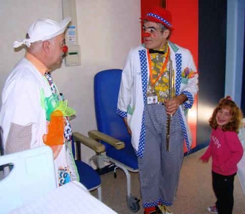 Los payasos de Sonrisa Médica durante su visita al Hospital Comarcal de Inca.