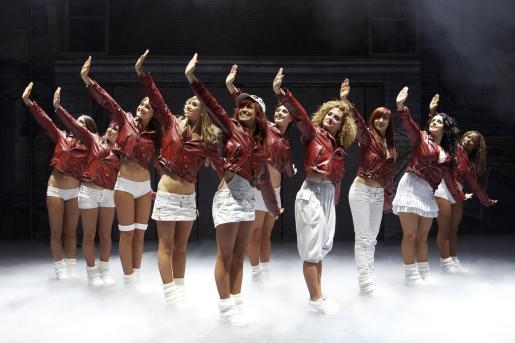 Más de 40 personas se suben al escenario entre cantantes, bailarines, músicos y acróbatas.
