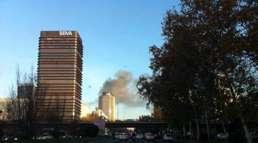 Columna de humo en el Ministerio de Defensa, a primera hora de esta mañana.