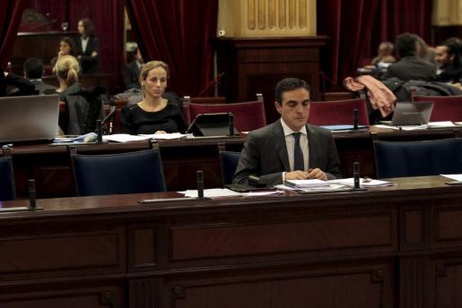La diputada del PP Rosa María Bauzá y el conseller de Hisenda y Pressuposts José Vicente Marí durante el pleno del Parlament de este jueves.