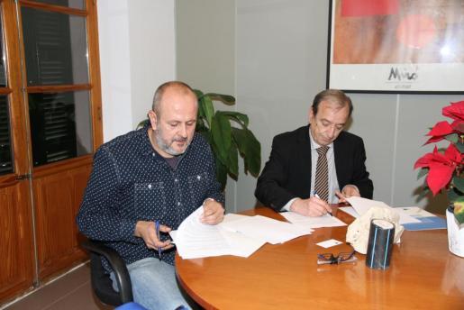 Momento de la firma del convenio entre el director general de Endesa en Baleares, Ernesto Bonnín, y el alcalde de Esporles, Miquel Ensenyat.