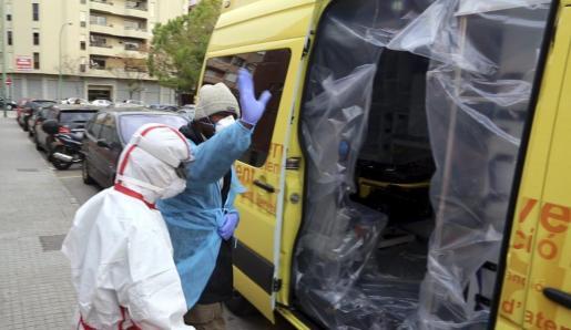 Un ciudadano de Mali sube a una ambulancia en el centro de salud de Son Pizà tras sospechar que podría tener ébola.