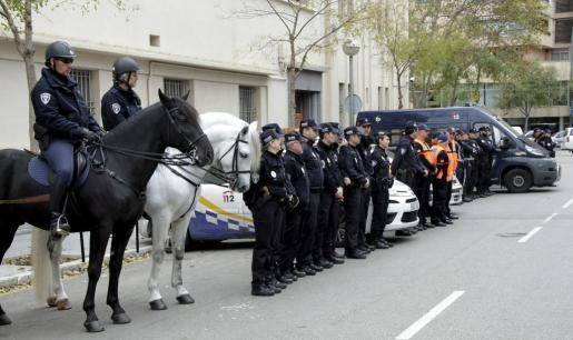 Formación de las diferentes unidades policiales y de Protección Civil de Palma que integran el refuerzo para las fiestas de Navidad en Palma.