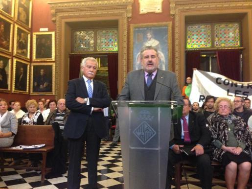 Los presidentes de Afedeco y Pimeco, Pau Bellinfante y Bernat Coll, durante la sesión plenaria de Cort.