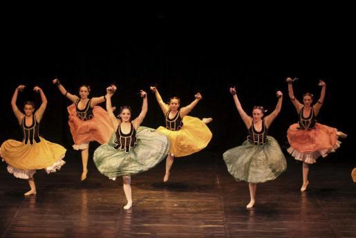 Imagen de las alumnas de Danza Española, durante su actuación en el Conservatori Professional.