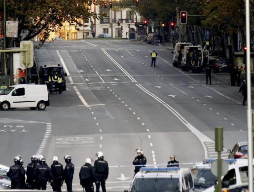 """Vista de la calle Génova de Madrid, donde un empresario, que dice estar """"arruinado"""" ha estrellado contra el edificio de la sede del PP un coche cargado con dos bombonas de gas."""