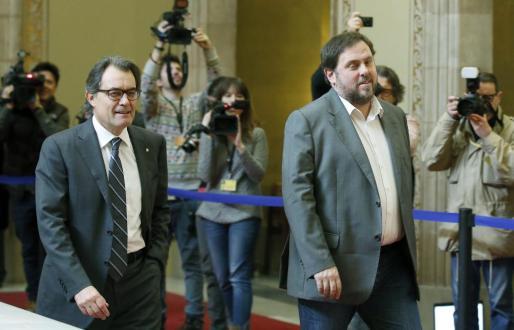 GRA085. BARCELONA, 19/12/2014.- La reunión entre el presidente catalán, Artur Mas (CiU) (i) , y el líder de ERC, Oriol Junqueras (d), ha finalizado, tras sólo media hora de duración y ambos han salido del despacho del presidente catalán en el Parlament sin explicitar ningún acuerdo. EFE/Andreu Dalmau ACABA LA REUNIÓN DE MAS Y JUNQUERAS TRAS MEDIA HORA DE DURACIÓN