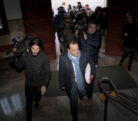 El fiscal Pedro Horrach rodeado de cámaras.