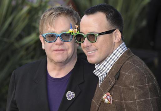 EFE - ELTON JOHN HOSPITALIZADO - ACE - Música - KIV03 LONDRES (UCRANIA), 30/01/2011.- Imagen de archivo del pasado 30 de enero de 2011 que muestra al cantante británico Elton John (i) y al productor estadounidense David Furnish (d) durante el prestreno de 'Gnomeo And Julieta' en Londres, Reino Unido. Según fuentes oficiales Elton John ha sido hospitalizado en un hospital de Los Angeles hoy 24 de mayo de 2012 a causa de una infección respiratoria y ha cancelado sus conciertos en Las Vegas. EFE/DANIEL DEME