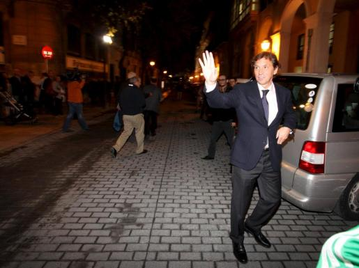 Mateu Isern a su llegada a una reunión de la junta local del PP.